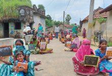 Photo of বিদ্যাসাগরের দ্বিশততম জন্মবার্ষিকীতে দিনমজুর মা বাবাকে সাক্ষরতার পাঠ পড়ুয়াদের