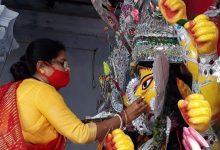 Photo of বিসর্জনের বোল…প্রথা মেনে উমার বিদায়ের প্রস্তুতিতে সিদূঁর খেলা টাকির জমিদারবাড়িতে