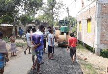 Photo of একজোট হয়ে প্রতিবাদে নেমে নিম্নমানের রাস্তা তৈরির কাজ বন্ধ করে দিল গ্রামবাসীরা