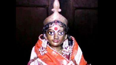 Photo of কোজাগরী পূর্ণিমার রাতে পুলিশি পাহারায় সিন্দুক থেকে বেরিয়ে পুজো নেন জামুড়িয়ার বন্দোপাধ্যায় বাড়ির স্বর্ণলক্ষ্মী