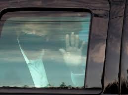 Photo of কাণ্ডজ্ঞানহীন? ভক্তদের 'চমক' দিতে হাসপাতাল থেকে রাস্তায় করোনা আক্রান্ত ডন