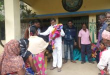 Photo of বিধায়ক শ্রীকান্ত মাহাতোর উদ্যোগে দরিদ্র গ্রামবাসীদের মধ্যে কম্বল বিতরণ